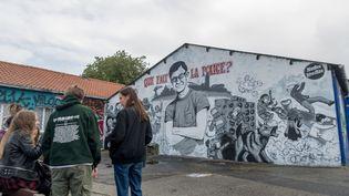 Des jeunes devant une fresque rendant hommage à Steve Maia Caniço, près du quai Wilson à Nantes, le 30 juillet 2019, au lendemain de la découverte du corps du jeune homme. (ESTELLE RUIZ / AFP)