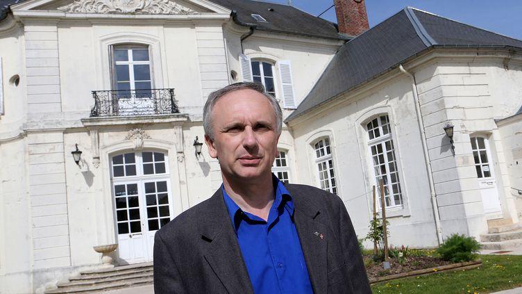 Le maire FN de Villers-Cotterêts (Aisne), Franck Briffaut, le 1er avril 2014, devant sa mairie. (FRANCOIS NASCIMBENI / AFP)