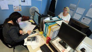 Une demandeuse d'emploi dans l'entreprise d'entraînement pedagogique Candelia, sociétéfactice qui permet à des demandeurs d'emploi de se former dans des conditions réelles, le 20 juillet 2015. (MAXPPP)