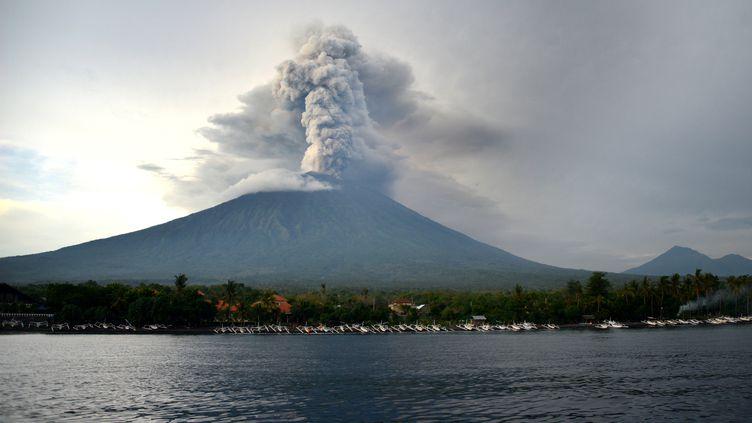 Un nuage de cendres s'élève du cratère du volcan Agung, le 28 novembre 2017, à Bali (Indonésie). (SONNY TUMBELAKA / AFP)