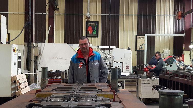 """Laurent Malochet délégué CGT, travaille depuis 27 ans au sein de l'atelier outillage de GM&S. Il posederrière un outil """"dupliqué"""" par PSA, selon lui, pour pouvoir se passer de son entreprise. (ISABELLE RAYMOND / RADIO FRANCE)"""