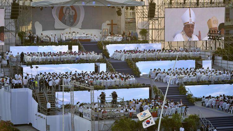 Les catholiques participent à la messe d'ouverture des Journées mondiales de la jeunesse à Panama, à la veille de l'arrivée du pape François, le 22 janvier 2019. (RAUL ARBOLEDA / AFP)