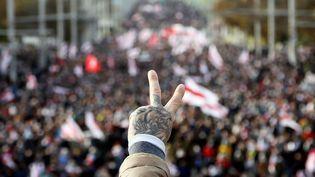 Un homme assiste à une manifestation contre le résultat de l'élection présidentielle en Biélorussie, le 18 octobre 2020, à Minsk. (AFP)