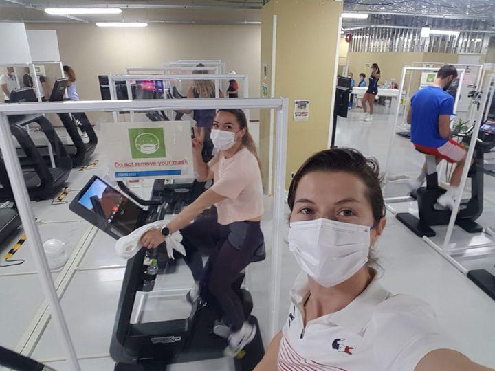 Le village olympique de Tokyo dispose d'une grande salle de sport dans laquelle Cécilia Berder et ses coéquipières poursuivent leur préparation en vue des épreuves. (CECILIA BERDER / RADIO FRANCE)
