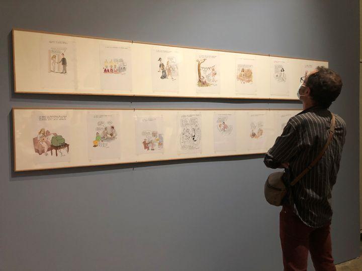 """Un spectateur observant les 14 saynètes tirées de l'ouvrage """"Le droit de la femme (et de l'homme)"""" de Georges Wolinski. (Camille Bigot)"""