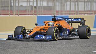 Daniel Ricciardo au volant de sa McLaren, lors de la deuxième matinée des essais de pré-saison, le 13 mars 2021 (MAZEN MAHDI / AFP)
