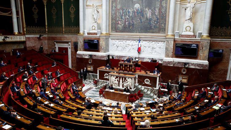 L'hémicycle de l'Assemblée nationale lors d'une séance de questions au gouvernement, le 12 mai 2020 à Paris. (GONZALO FUENTES / AFP)