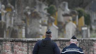 Des gendarmes devant le cimetière juif de Quatzenheim (Bas-Rhin), mardi 19 juin 2019, après la profanation de près de 80 tombes. (FREDERICK FLORIN / AFP)