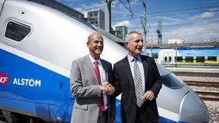 Patrick Kron (Alstom) etGuillaume Pepy (SNCF) présentent la 3e génération de TGV en 2011 (FRED DUFOUR / AFP)