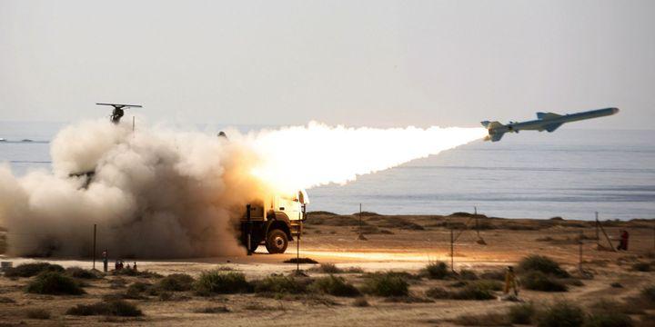 Missile iranien Qader lancé dans le sud de l'Iran, près du détroit d'Ormuz, le 2-1-2012. (Reuters - Jamejamonline/Ebrahim Norouzi/Handout)