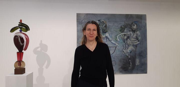 La présidente du Comité Professionnel des Galeries d'art, Marion Papillon, dans sa galerie du quartier du Marais à Paris. (ANNE CHEPEAU / RADIO FRANCE)