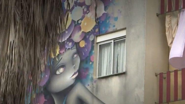 """Dans la banlieue de Lisbonne, une cité autrefois présentée comme une """"no-go zone"""" s'est transformée. Elleaccueille désormaisun festival de street art exposant des artistes venus du monde entier. (FRANCEINFO)"""