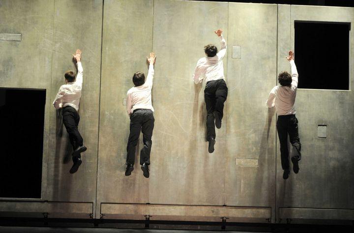 """""""Plan B"""" création Aurélien Bory, 2003  (DELALANDE RAYMOND/SIPA)"""