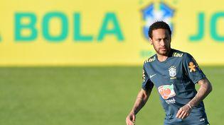 Le footballeur brésilien Neymar lors d'un entraînement avec l'équipe nationale du Brésil à Teresopolis (Brésil), le 28 mai 2019. (THIAGO RIBEIRO / AFP)