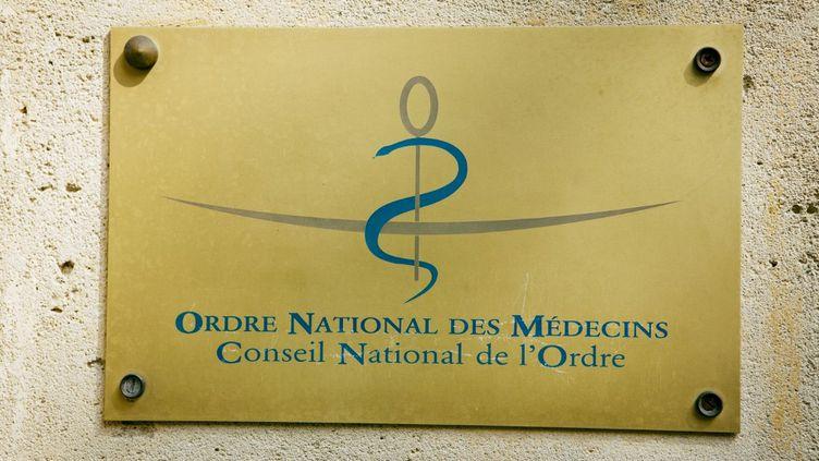 La plaque officielle duConseil national de l'ordre des médecins, le 31 juillet 2014, à Paris. (IMAGE POINT FR / AFP)
