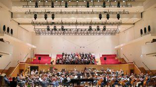 Un concert à la salle Pleyel (Paris), dirigé par Michel Tabachnik, le 9 novembre 2007. (PATRICK KOVARIK / AFP)