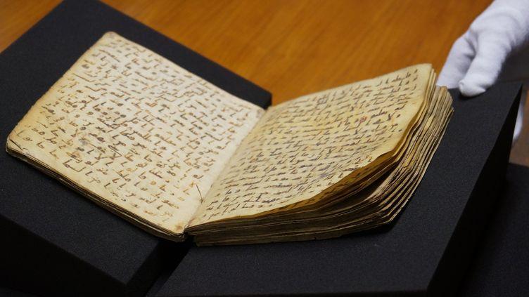 Un fragment de manuscrit du Coran exposé à la bibliothèque de l'université de Tübingen, en Allemagne, que le directeur du projet Corpus Coranicum, Michael Marx, estime avoir été copié entre 649 et 675. (ANADOLU AGENCY)