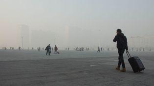 L'esplanade à la sortie de la gare de Shijiazhuang (Chine), le 18 janvier 2014. (THOMAS BAIETTO / FRANCETV INFO)