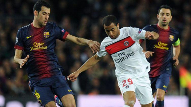 Lucas (PSG) à la lutte avec Busquets (Barcelone) (LLUIS GENE / AFP)