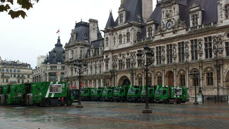 Des camions poubelles stationnent devant l'Hotel-de-ville de Paris à l'occasion d'une grève des éboueurs, le 12 novembre 2012. (QUENTIN CALISTRI / CITIZENSIDE / AFP)