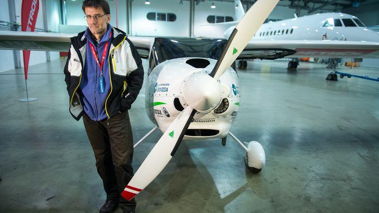Le pilote et biologiste slovèneMatevzLenarcic, lundi 22 avril 2013 à l'aéroport de Brnik (Slovénie), avant son vol pour le pôle Nord. (JURE MAKOVEC / AFP)