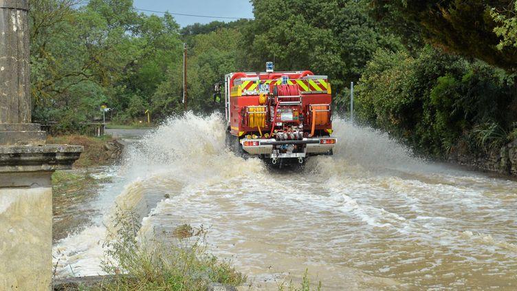 Un véhicule de pompiers dans le Gard frappé par de violentes intempéries, le 14 septembre 2021. (MAXPPP)