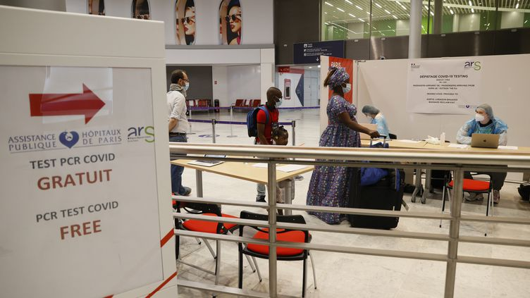Salle de test de dépistage du coronavirus PCR à l'aéroport Roissy-Charles-de-Gaulle, le 24 juillet 2020. (THOMAS SAMSON / AFP)