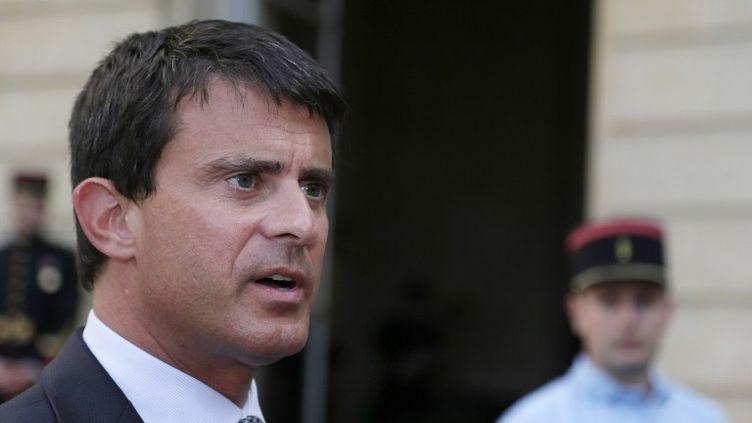 Manuel Valls, ministre de l'Intérieur, le 22 août 2012 à la sortie de l'HôtelMatignon. (KENZO TRIBOUILLARD / AFP)