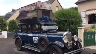 la famille Zappvoyage à travers le monde depuis 18 ans dans une voiture Graham-Paige de 1928. (FRANCE INFO)