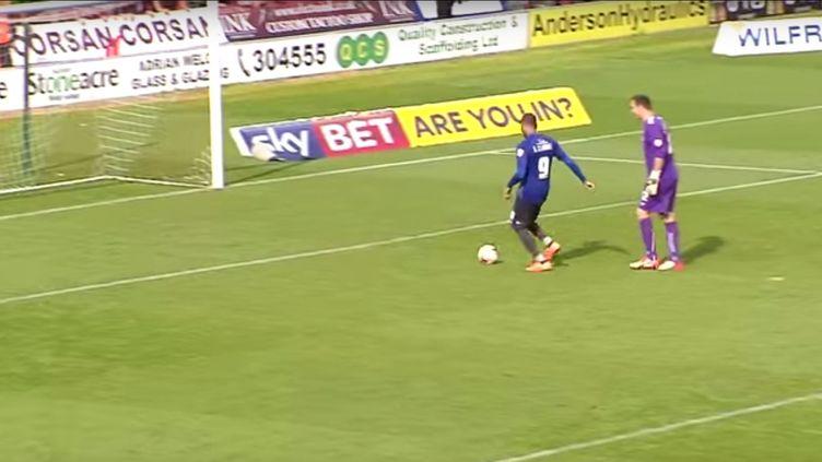 Le gardien du club de football anglais de Doncaster Rovers laisse marquer l'attaquant du Bury FC, le 8 août 2015 à Doncaster (Royaume-Uni). (DONCASTER ROVERS / YOUTUBE)
