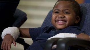 Zion Harvey, le plus jeune greffé des deux mains, sourit à l'hôpital pour enfants de Philadelphie (CHOP), le 28 juillet 2015. (MATT ROURKE / AP / SIPA)