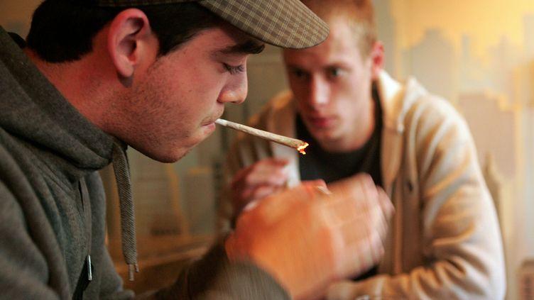 Deux jeunes Belges fument un joint dans un coffee shop le 19 novembre 2008, à Roosendaal(Pays-Bas). (ANOEK DE GROOT / AFP)