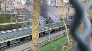 Le feu s'est déclaré à bord du train, alors qu'il était à quai en gare de Cergy-Saint-Christophe (Val-d'Oise), le 26 février 2021. (FRANCE TELEVISIONS)