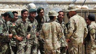 Des soldats de l'armée afghane discutent avec leurs collègues américains dans la base militaire de Ghazni. (AFP)