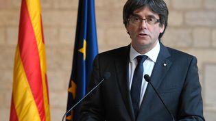 Le chef de file des indépendanistes catalans, destitué par Madrid, Carles Puigdemont, le 26 octobre 2017 à Barcelone (Espagne). (LLUIS GENE / AFP)