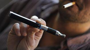 La cigarette électronique serait aussi cancerigène qu'une cigarette classique selon une étude américaine publiée le 21 janvier 2015.  (ALCALAY SARAH / SIPA)