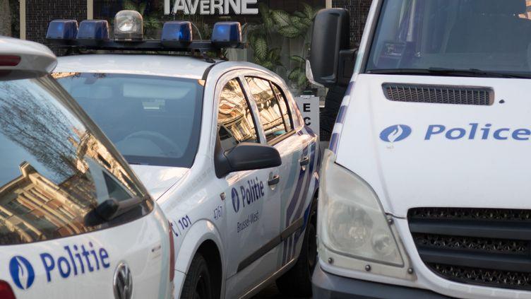 Des voitures de la police belge, à Molenbeek, dans l'agglomération de Bruxelles, en janvier 2017 (photo d'illustration). (BENOIT DOPPAGNE / AFP)