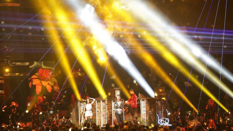 La cérémonie des Brit Awards 2019, avec le chanteur Sam Smith, le mannequin Winnie Harlow et le DJ Calvin Harris sur scène, le 20 février 2019 à Londres (DANIEL LEAL-OLIVAS / AFP)