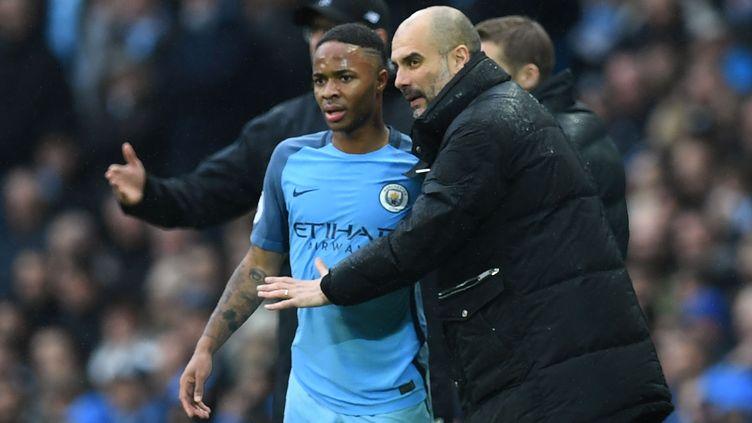 Pep Guardiola discute avec Raheem Sterling (PAUL ELLIS / AFP)