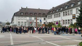 Environ 200 personnes se sont réunies devant la mairie d'Oberhoffen-sur-Moder pour rendre hommage à Sylvia Auchter, victime de féminicide, le 17 novembre 2019. (CORINNE FUGLER / RADIO FRANCE)