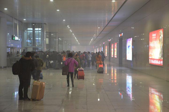 La gare de Shijiazhuang (Chine), le 18 janvier 2014. (THOMAS BAIETTO / FRANCETV INFO)