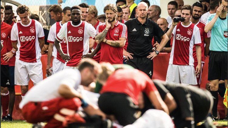 Un joueur de l'Ajax pris en charge après un malaise