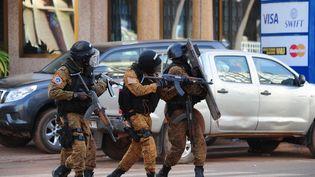 Des membres des forces spéciales lors d'opérations de sécurisation, samedi 16 janvier à Ouagadougou (Burkina Faso). (AHMED OUOBA / AFP)