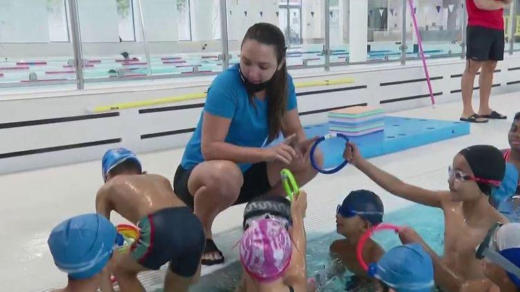 Depuis huit ans, leSecours populaireprofite des vacances de la Toussaint pour faire découvrir le milieu aquatique à des enfants défavorisés. (CAPTURE ECRAN FRANCE 2)