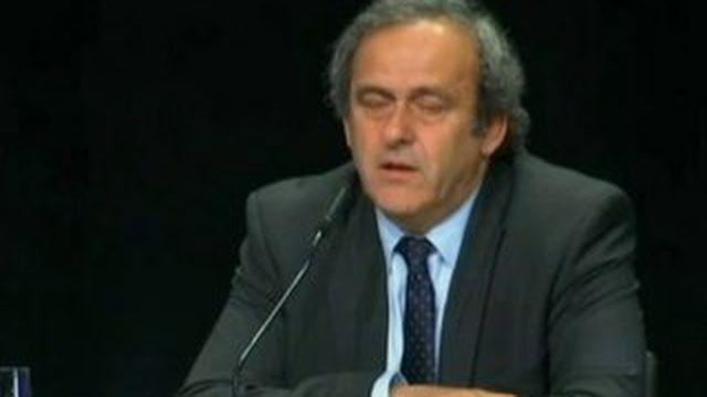 """Corruption à la Fifa : Platini: """"dépité, écœuré"""" demande à Blatter de démissionner"""