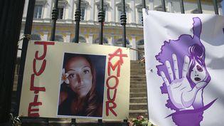 Le portrait de Julie Douib est accroché aux grilles de la cour d'assises de la Haute-Corse, à Bastia, au premier jour du procès de son ex-compagnon. (PASCAL POCHARD-CASABIANCA / AFP)