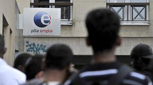 Des demandeurs d'emploi font la queue devant une agence Pôle emploi à Paris, le 3 septembre 2012. (MAXPPP)