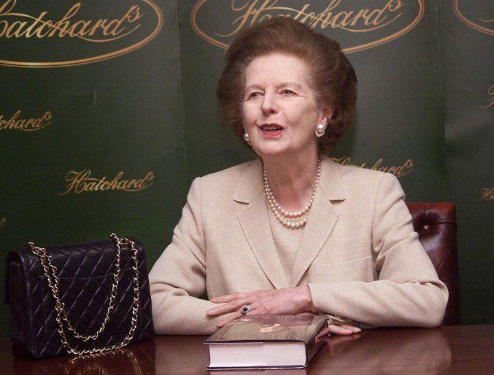 L'ancienne Première ministre britannique Margaret Thatcher, son dernier livre «Statecraft» et son sac à main le 3 avril 2002 à Londres. (AFP PHOTO Hugo PHILPOTT)