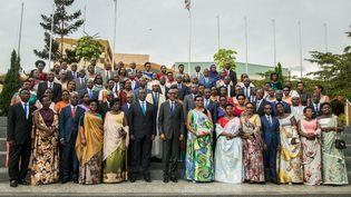 Le président du Rwanda Paul Kagame entouré des membres du parlement constitué à 61% de femmes. (CYRIL NDEGEYA / AFP)