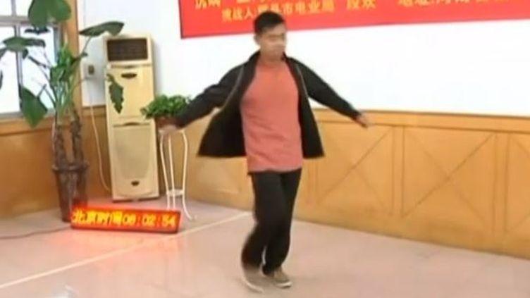 Capture d'écran montrantDuan Huan tourner sur lui-même dans la ville de Xinxiang, province du Henan (Chine), le 14 novembre 2014. ( ADNAN ABIDI / REUTERS)